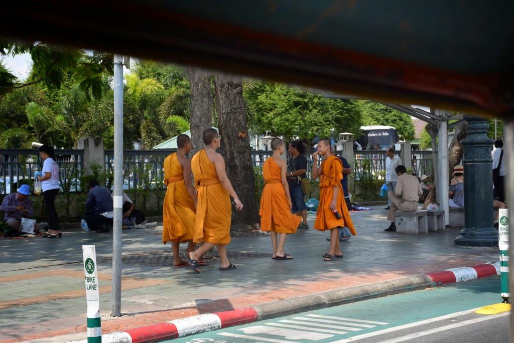 Monges budistas pelas ruas de Bangkok