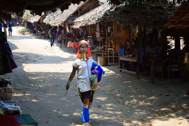 Tribo Karen Padong (long neck / mulheres-girafa)