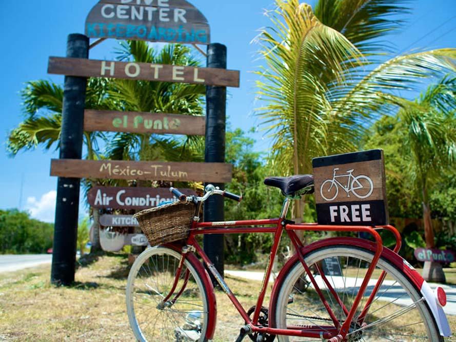 De bike, ainda mais legal! Há várias ofertas de empresas que alugam, inclusive seu próprio hotel! ;)