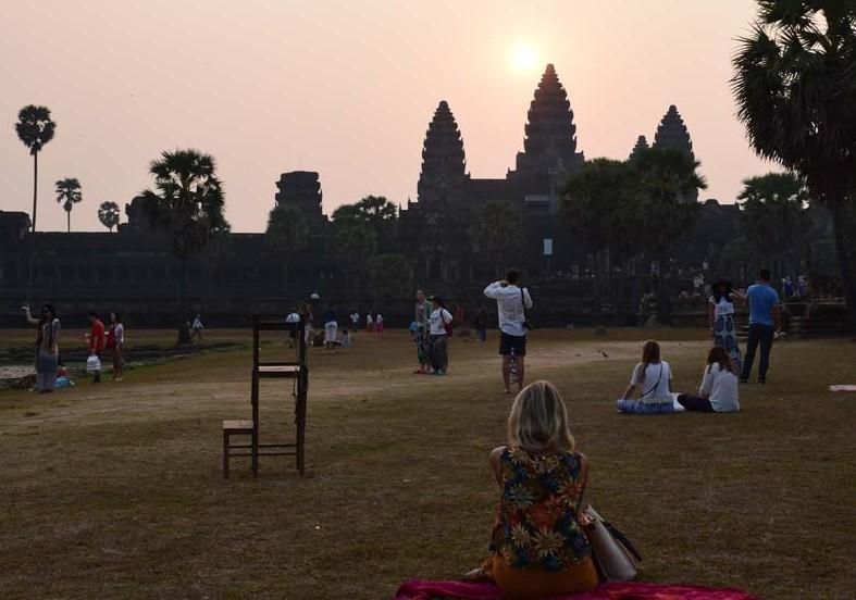 c73438780ccea Turistas disputando um lugar para ver o nascer do sol