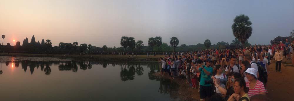 Turistas disputando um lugar para ver o nascer do sol
