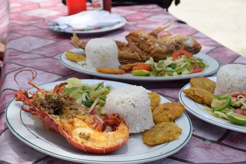 Almoço na Isla Fragata | Pratos: lagosta, peixe e polvo, acompanhados de arroz, salada e patacón