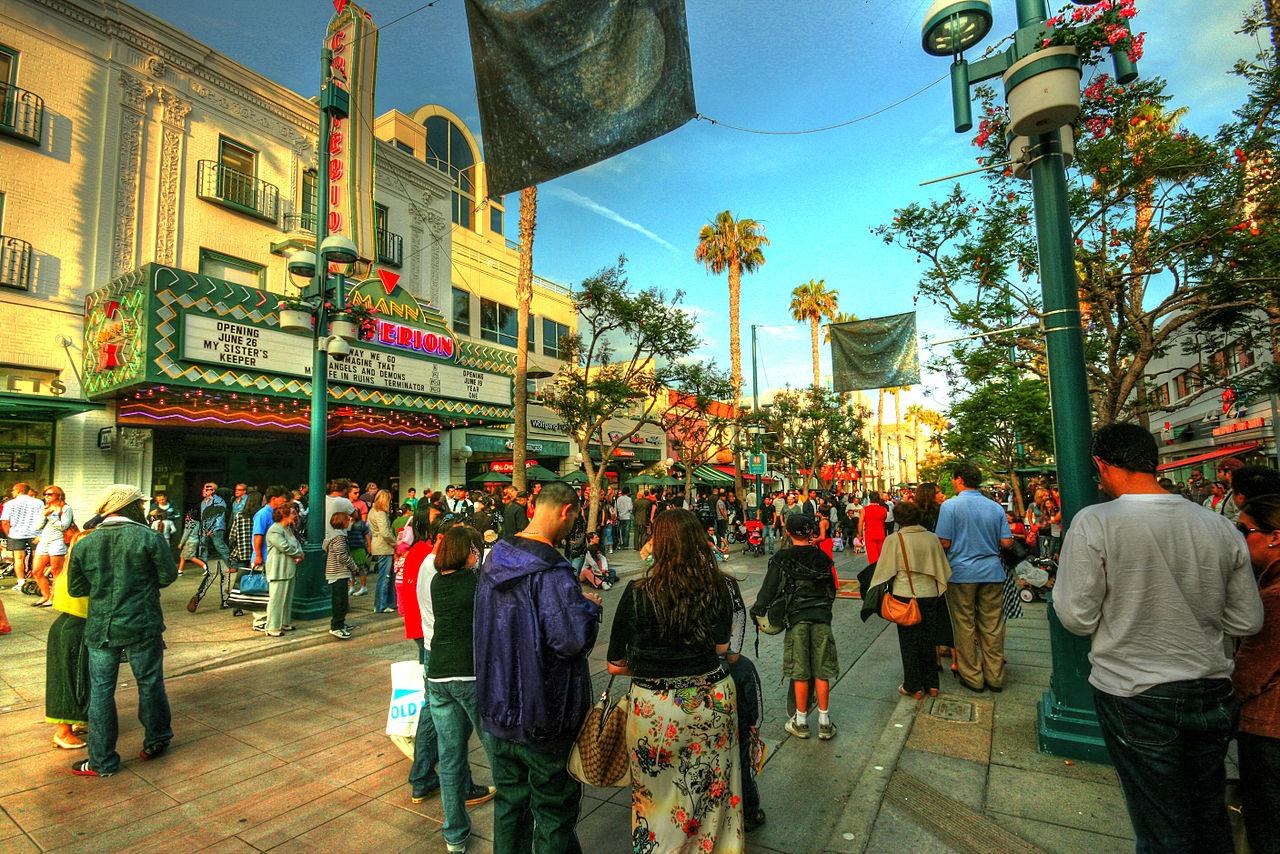 Santa Monica Third Street Promenade | foto: Wikipedia (author: Balazs Barnucz)