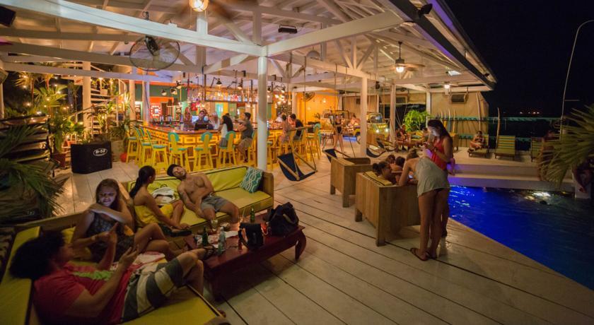Ambiente animado e decoração fofa e divertida - Selina Hostel Bocas del Toro | foto: booking.com