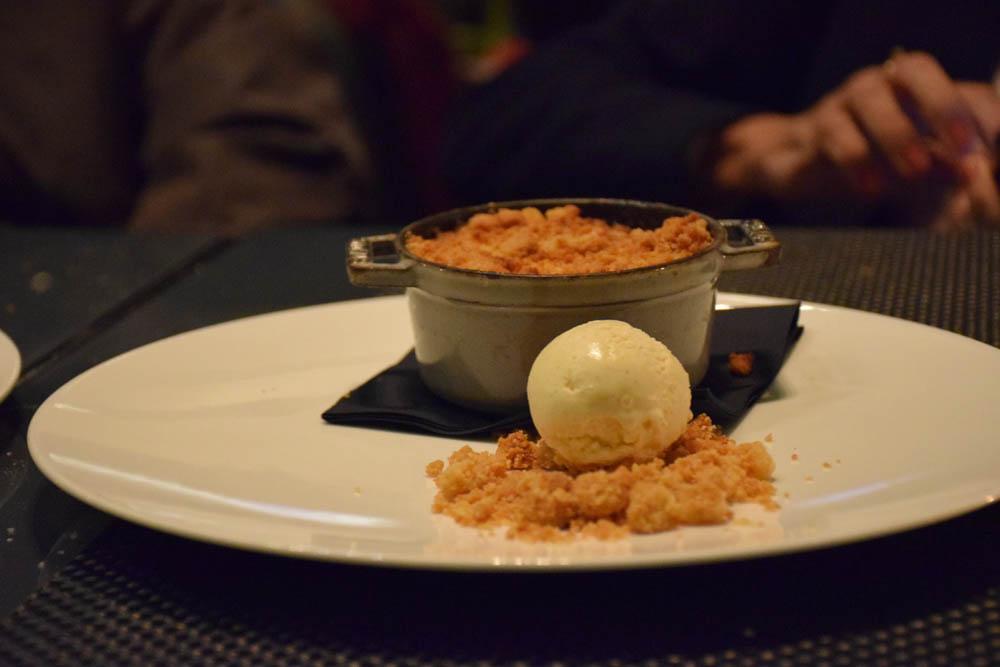 Sobremesa de Piña Colada - mousse de coco, abacaxi e chips de arroz com sorvete