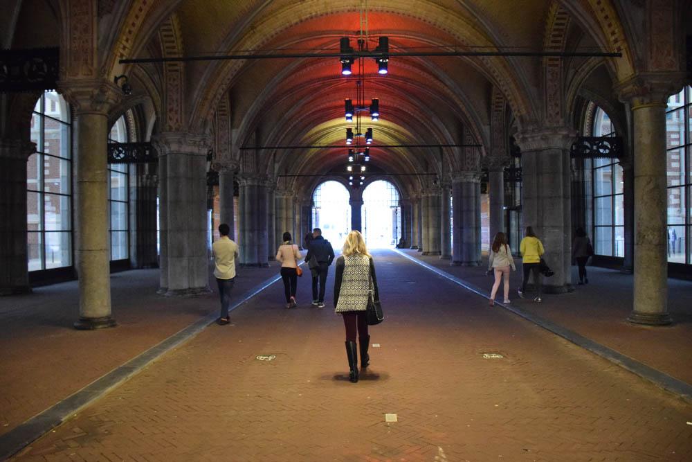 """Passando por """"baixo"""" do museu... Cuidado com as bicicletas!!"""