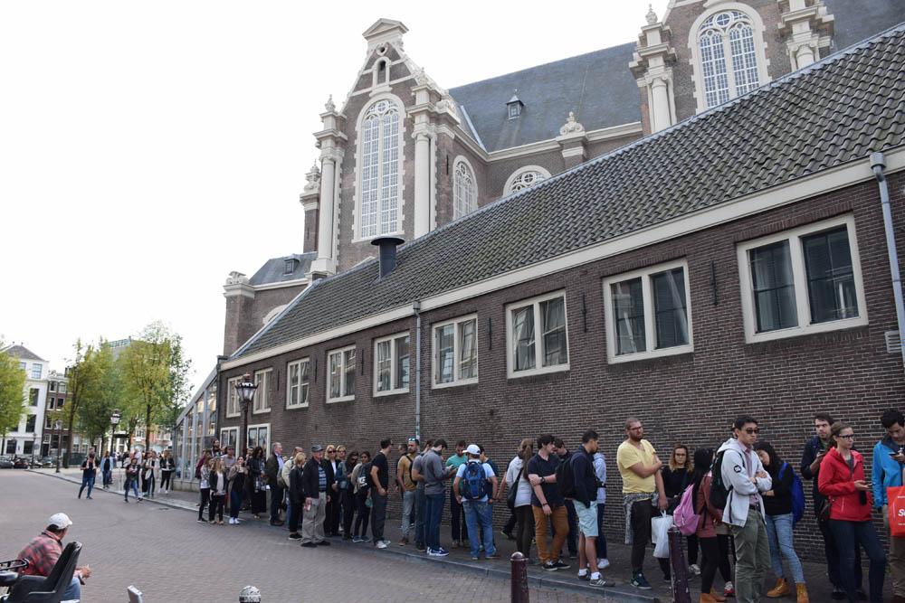 Pequena fila para entrar na Casa da Anne Frank...