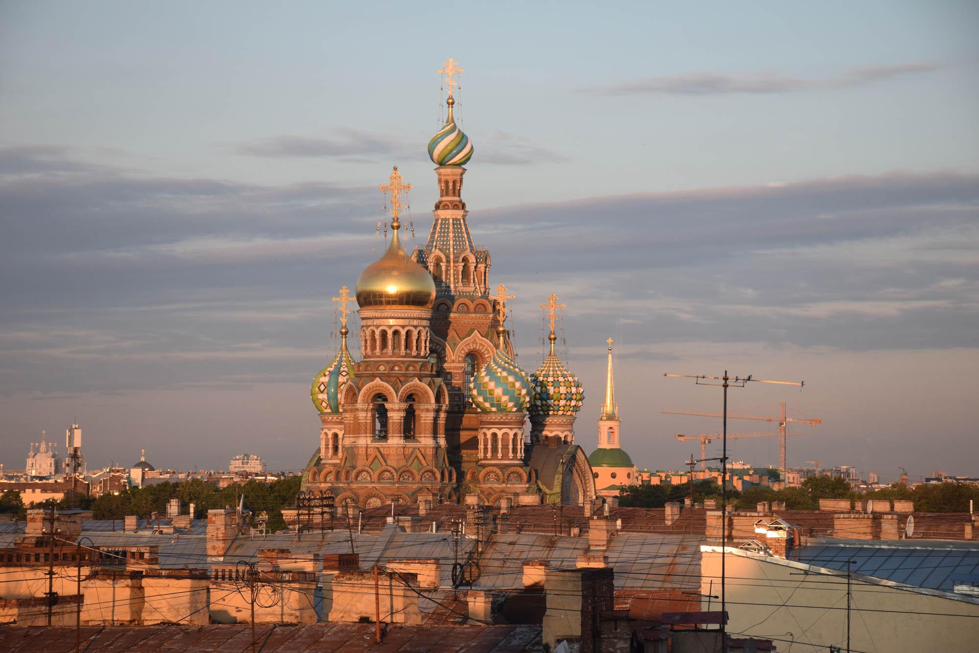 A hipnotizante Igreja do Sangue Derramado, em São Petersburgo, vista da janela do nosso quarto