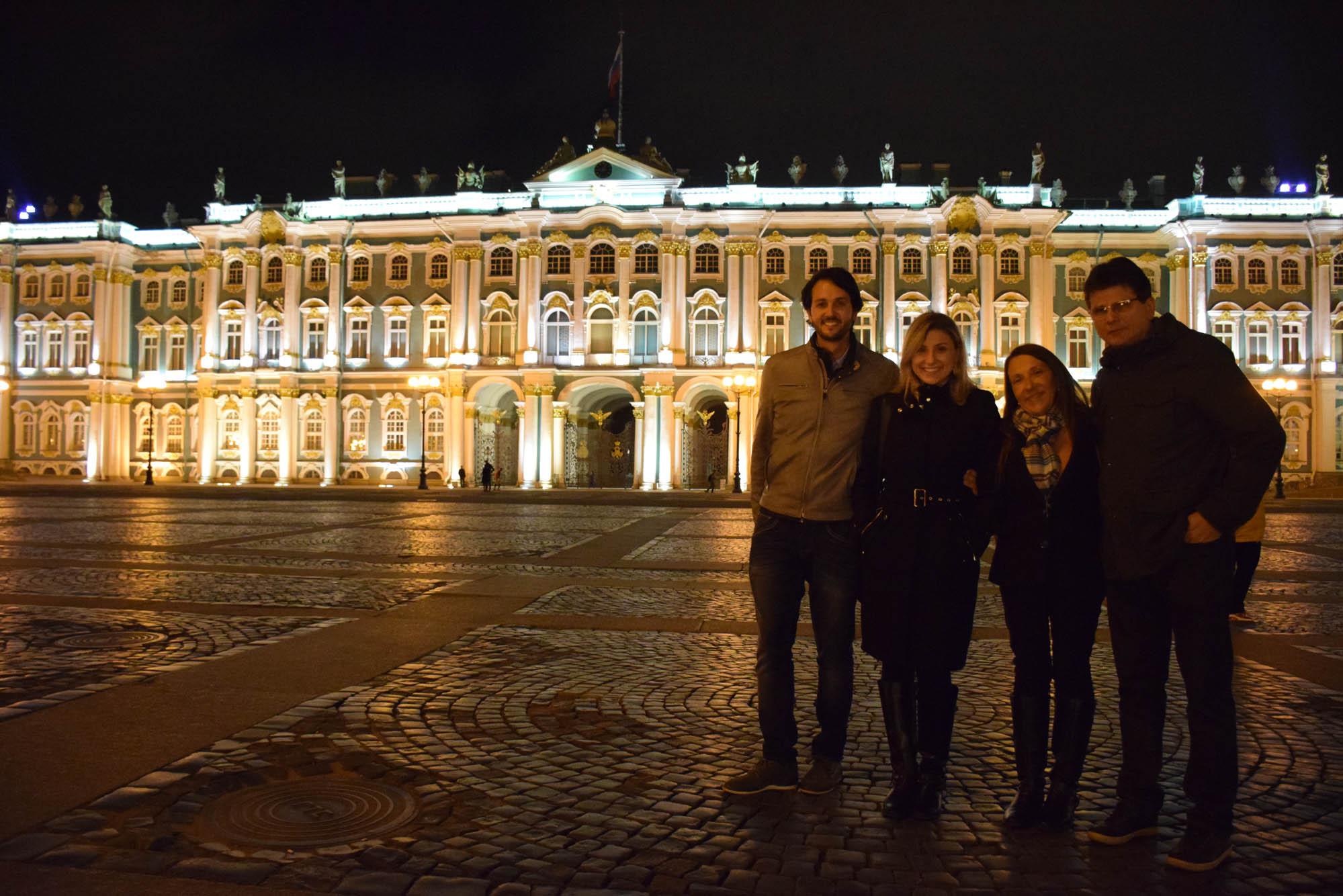 Em frente ao Palácio de Inverno - Hermitage - iluminado! Ainda mais lindo!!