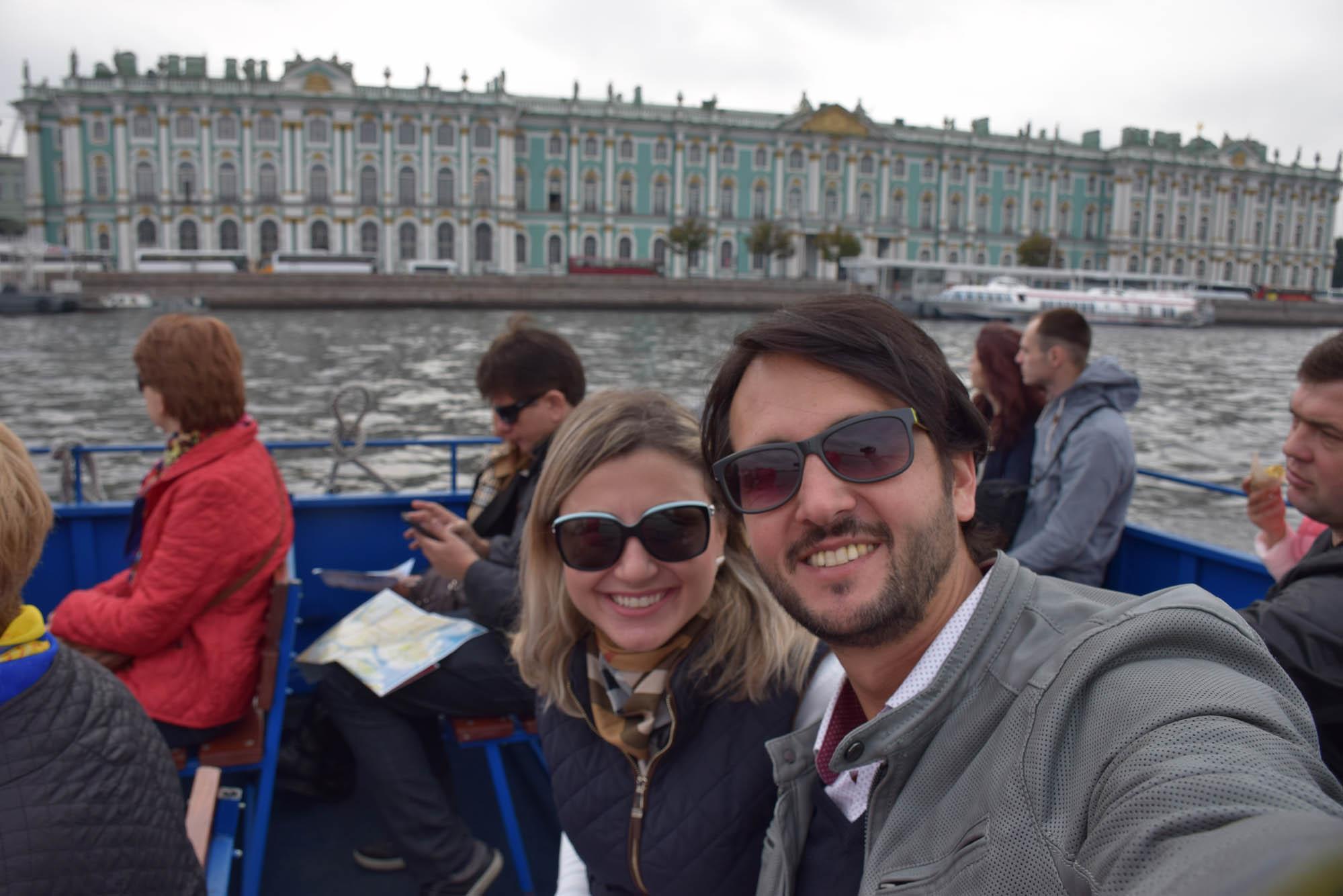 Passeio de barco pelo Rio Neva, em São Petersburgo, com o Palácio de Inverno no fundo