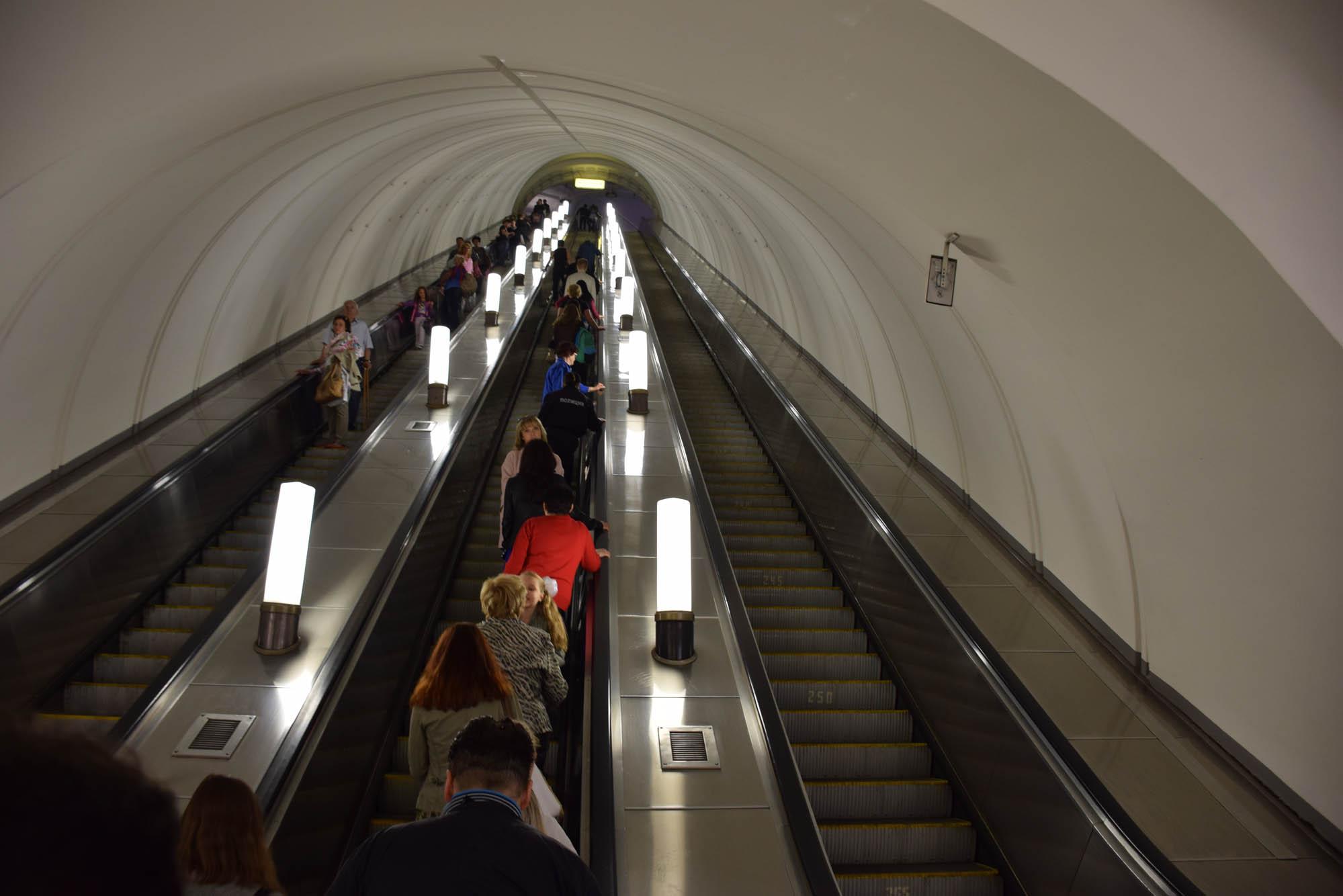 Metrô de Moscou super profundo!! Algumas chegam a 65m