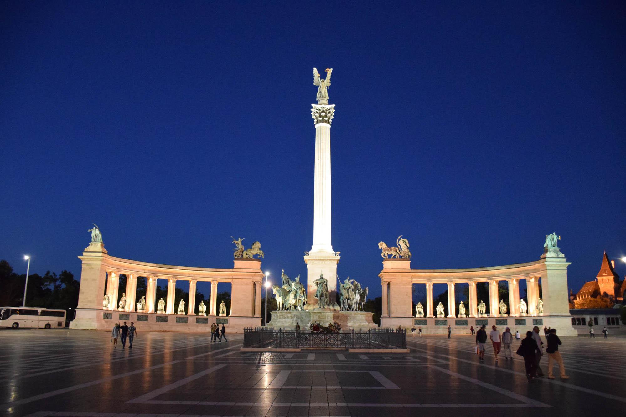 Praça dos Heróis a noite. UAAAU, né?!