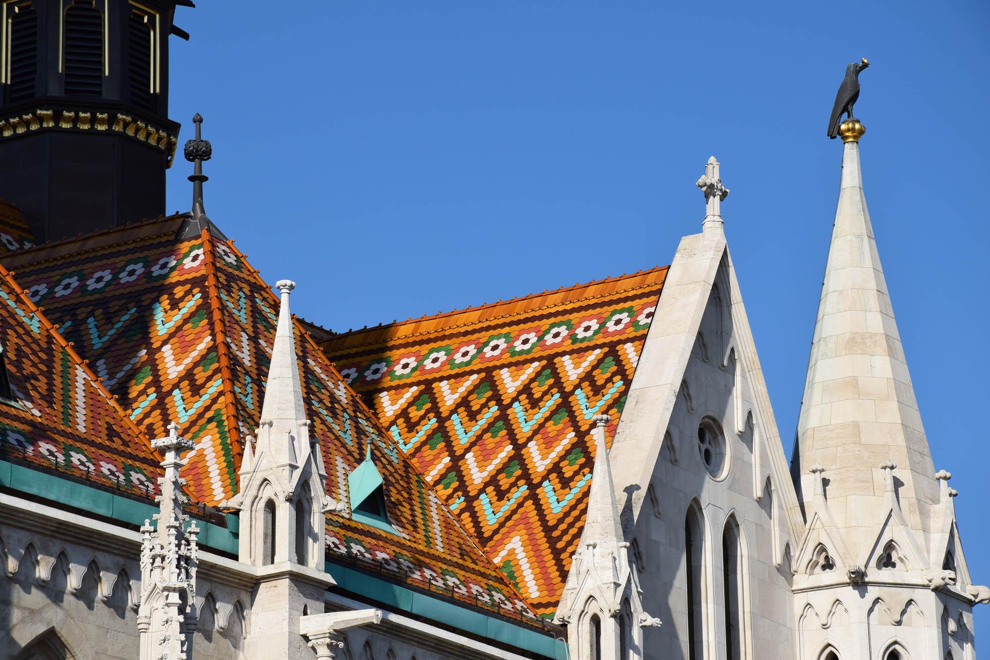 Lindo telhado de mosaico da Mátyás Church, em Buda