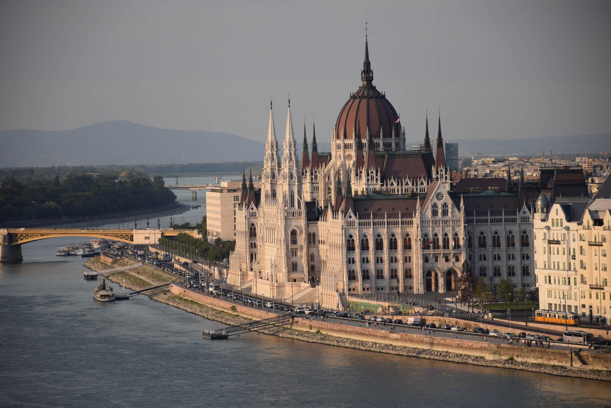 Esse Parlamento Húngaro chega a hipnotizar, né? Vista de frente do Castelo