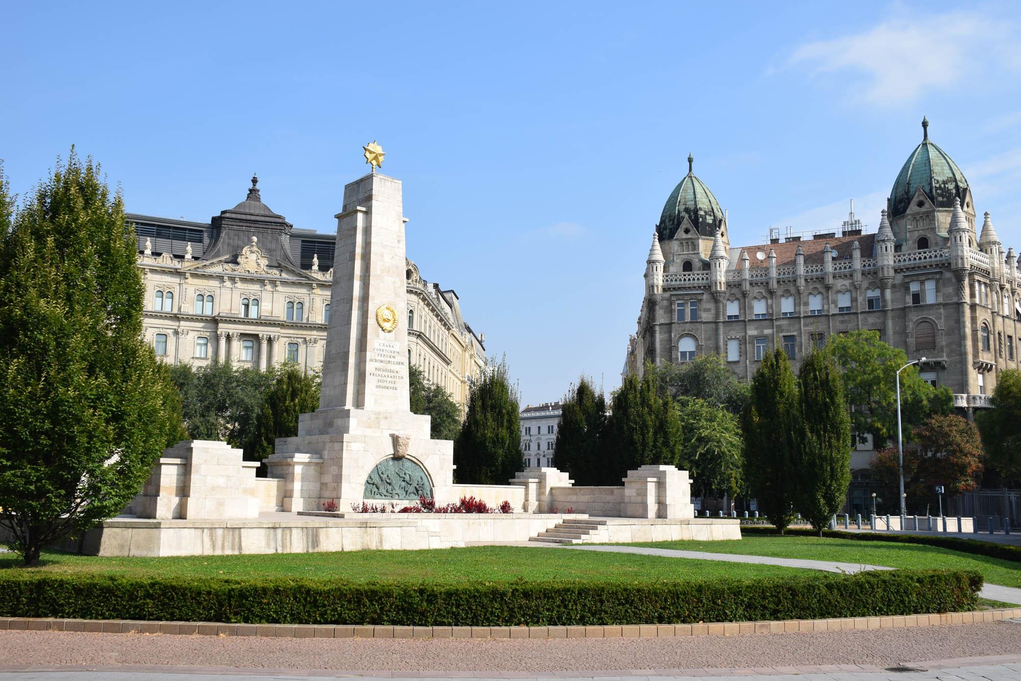 Único monumento soviético que restou em Budapeste - na Praça da Liberdade