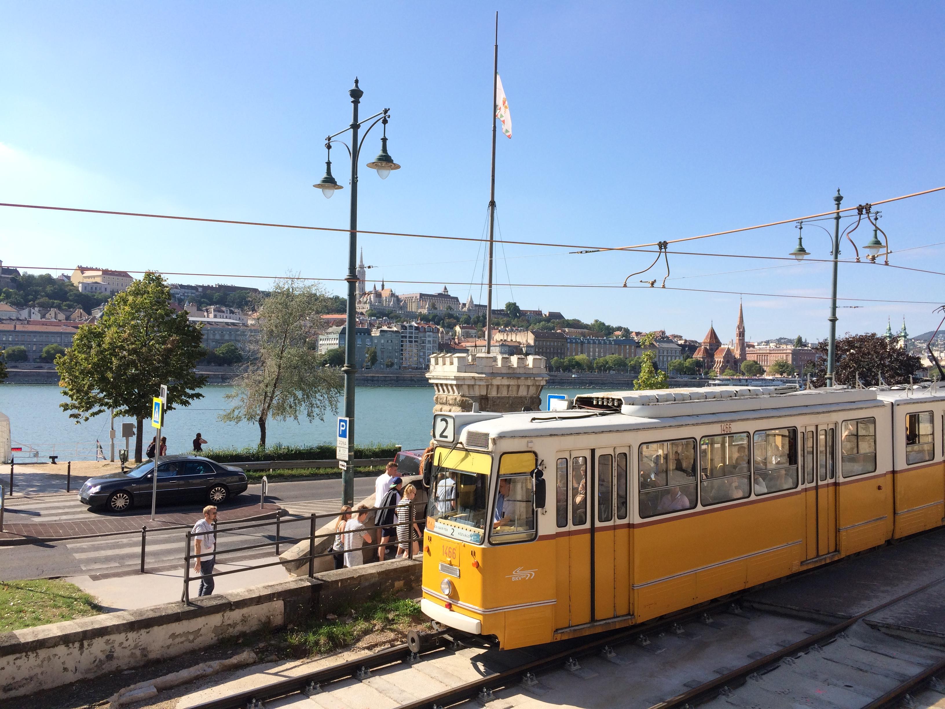 Tram nº 2 bordeando o Rio Danúbio - Budapeste