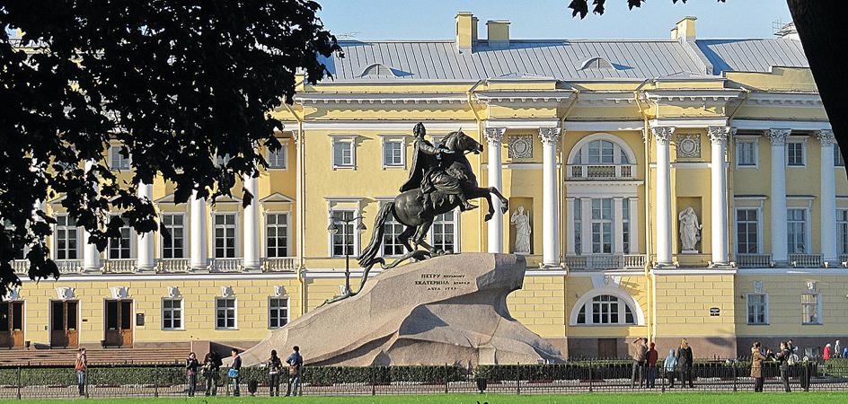 Four Seasons Hotel de São Petersburgo e o monumento de Pedro, O Grande | foto: hotelsandstyle.com