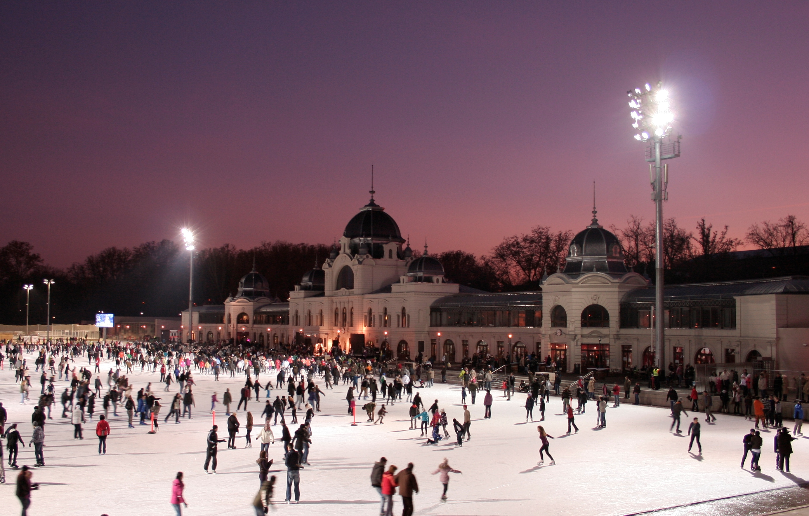 Super pista de patinação no City Park de Budapest (só no inverno)