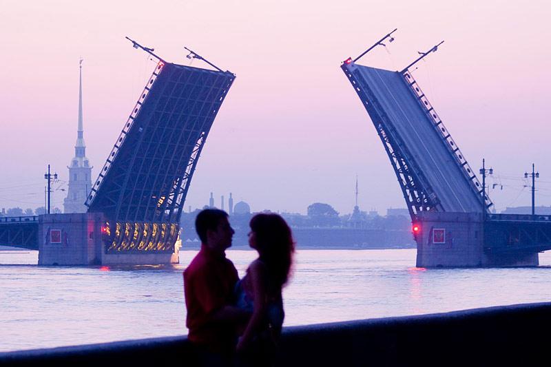 Essa foto é típica durante as Noites Brancas pois essa ponte só se abre a noite. | foto: saint-petersburg.com