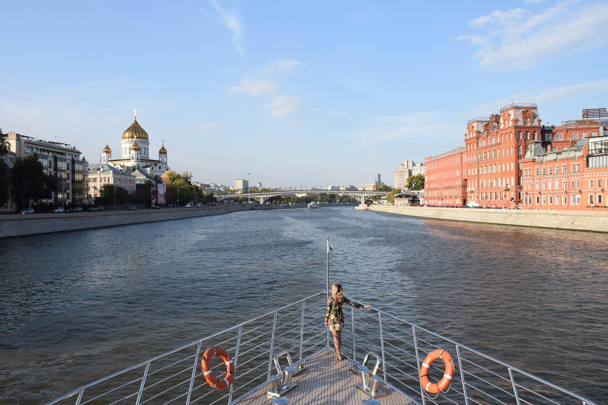 passeio de barco rio moskva moscou russia radisson