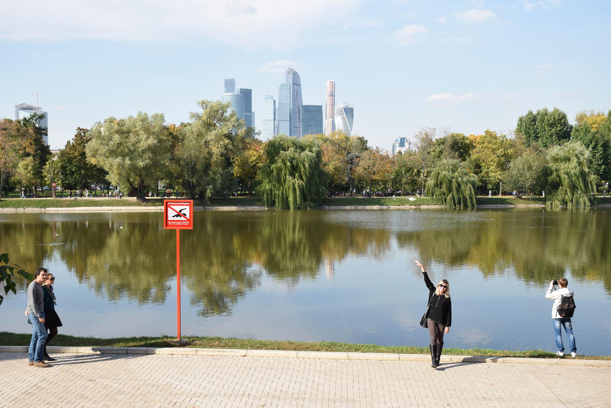 """O """"Lago dos Cisnes"""" atrás do Convento de Novadevichy - e eu, boboca, imitando um cisne (acho que não pareceu :( hehehe)"""