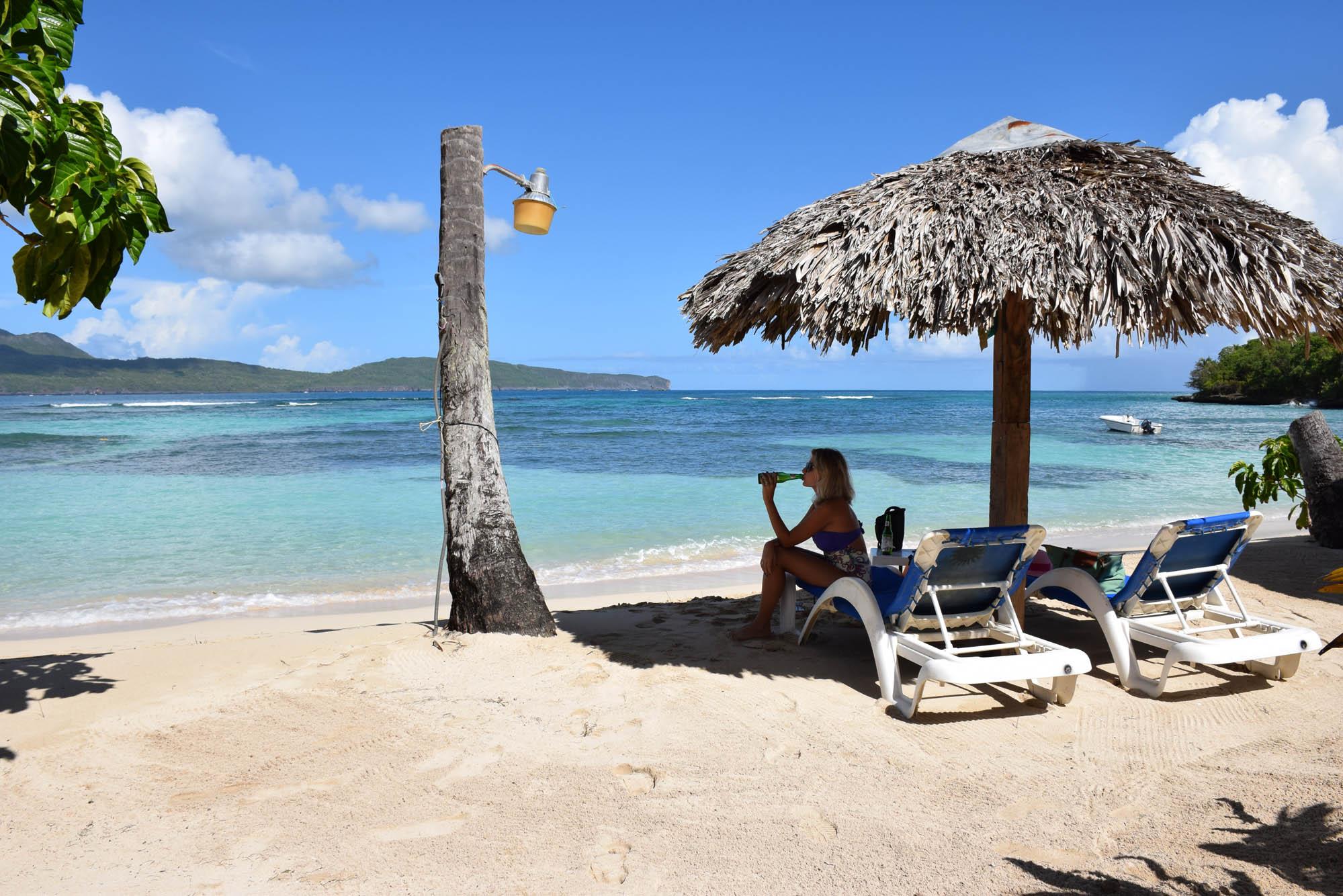 Sombra, cadeiras e cerveja gelada em La Playita Beach, Las Galeras, Samaná