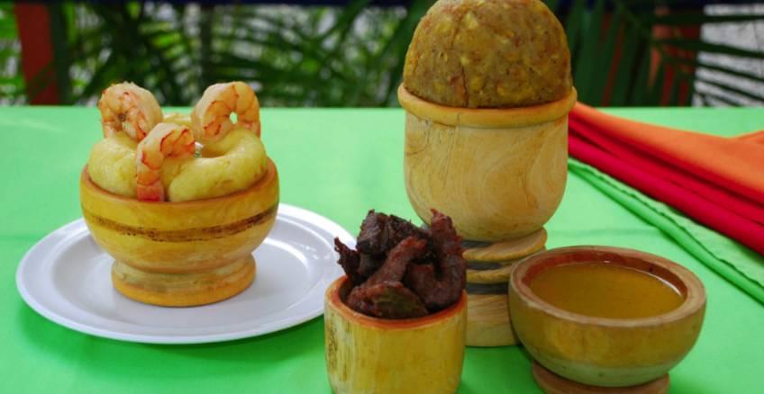 Alguns pratos da gastronomia dominicana. O mais alto é o MOFONGO.