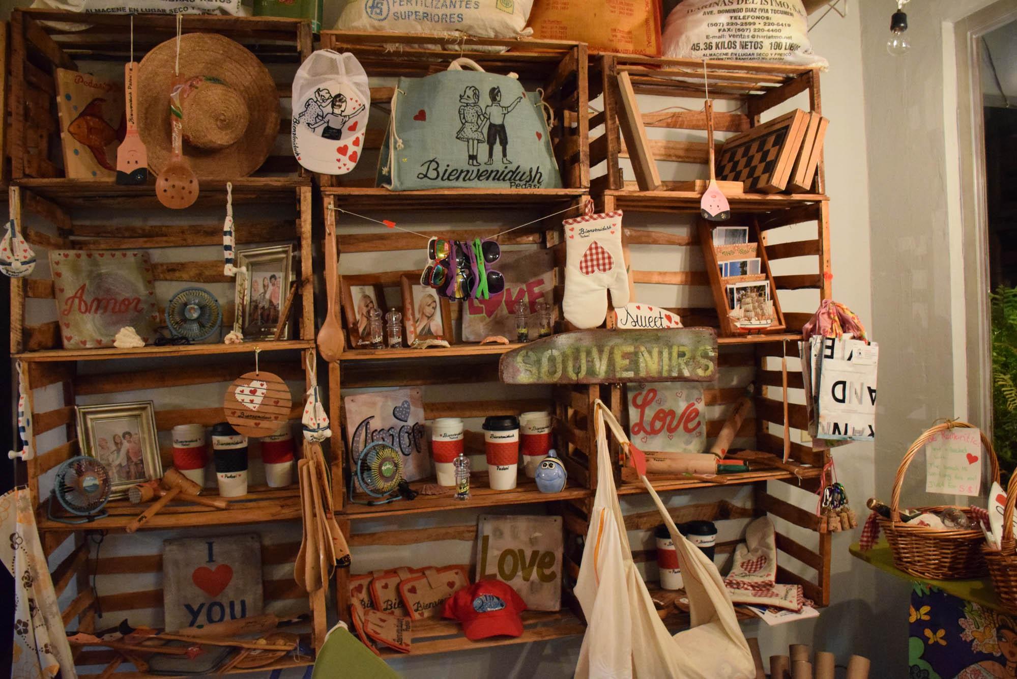 Venda de souvenirs de Pedasí no Bar e Restaurante Bienvenidush