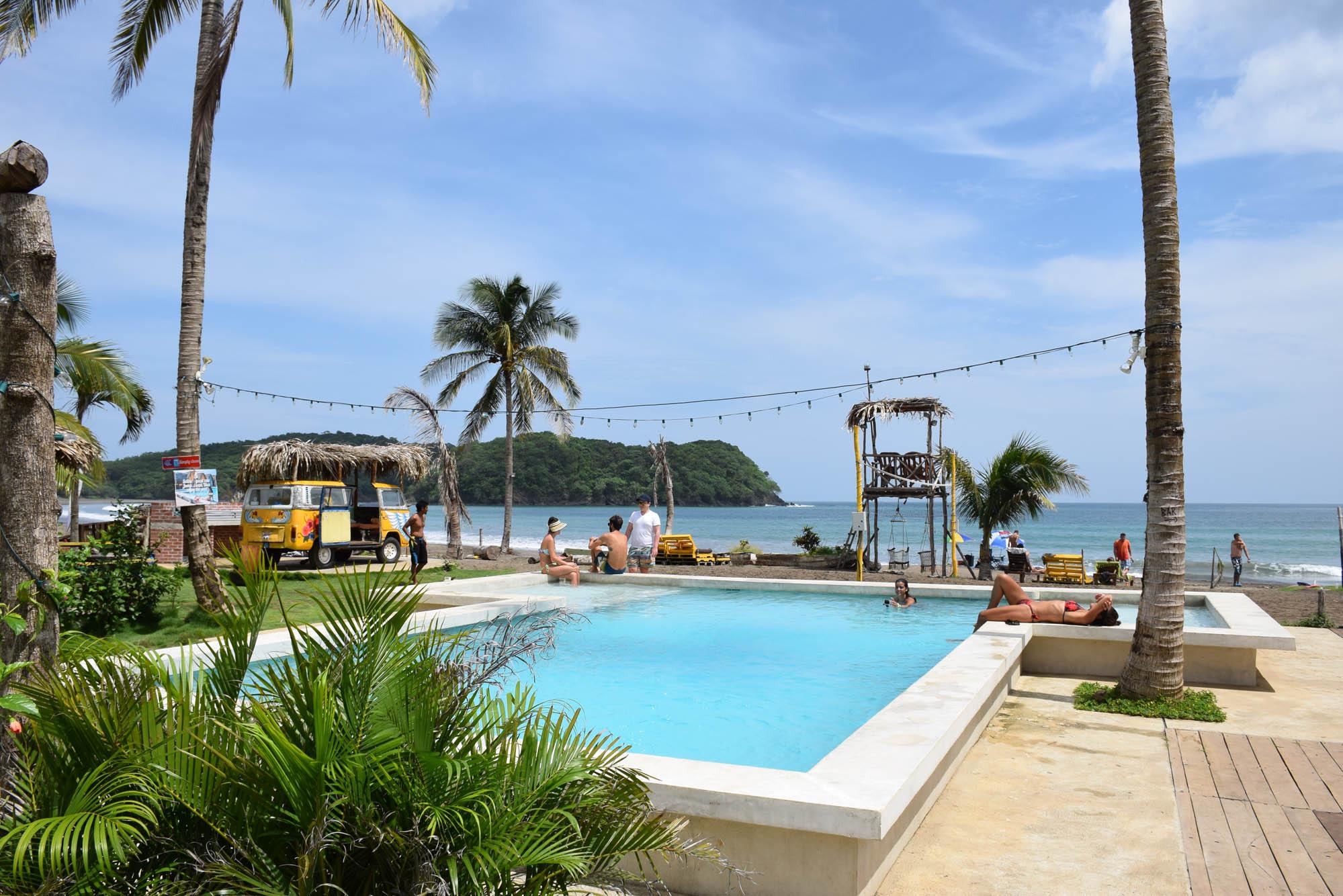 Piscina deliciosa e decoração mega descolada | Selina Hostel Playa Venao