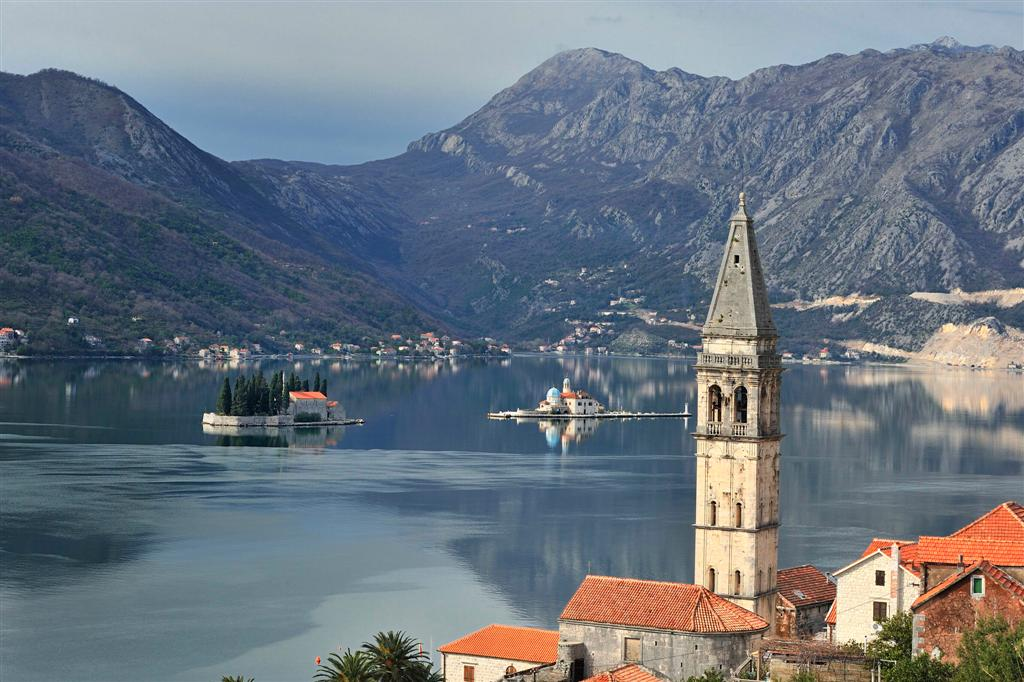 O pequeno vilarejo de Perast (e as duas ilhotinhas em frente) na Baía de Kotor, Montenegro | foto: montenegroexperience.tumblr.com