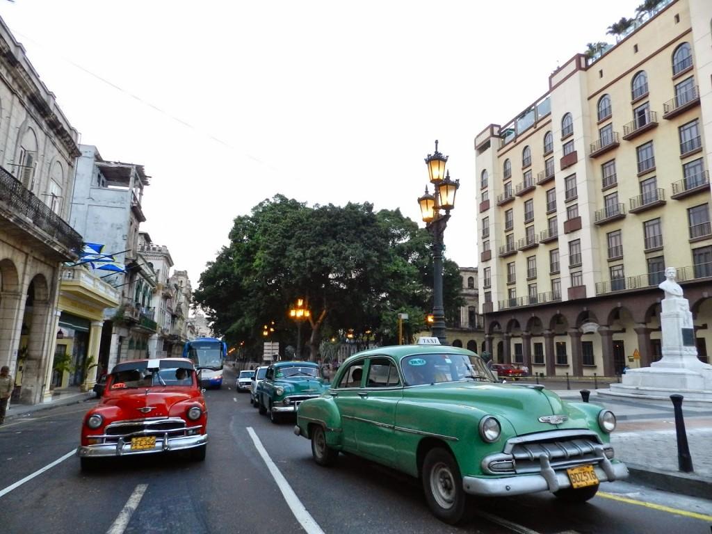 Carros antigos pelas ruas de Havana Velha - Paseo Del Prado - Cuba