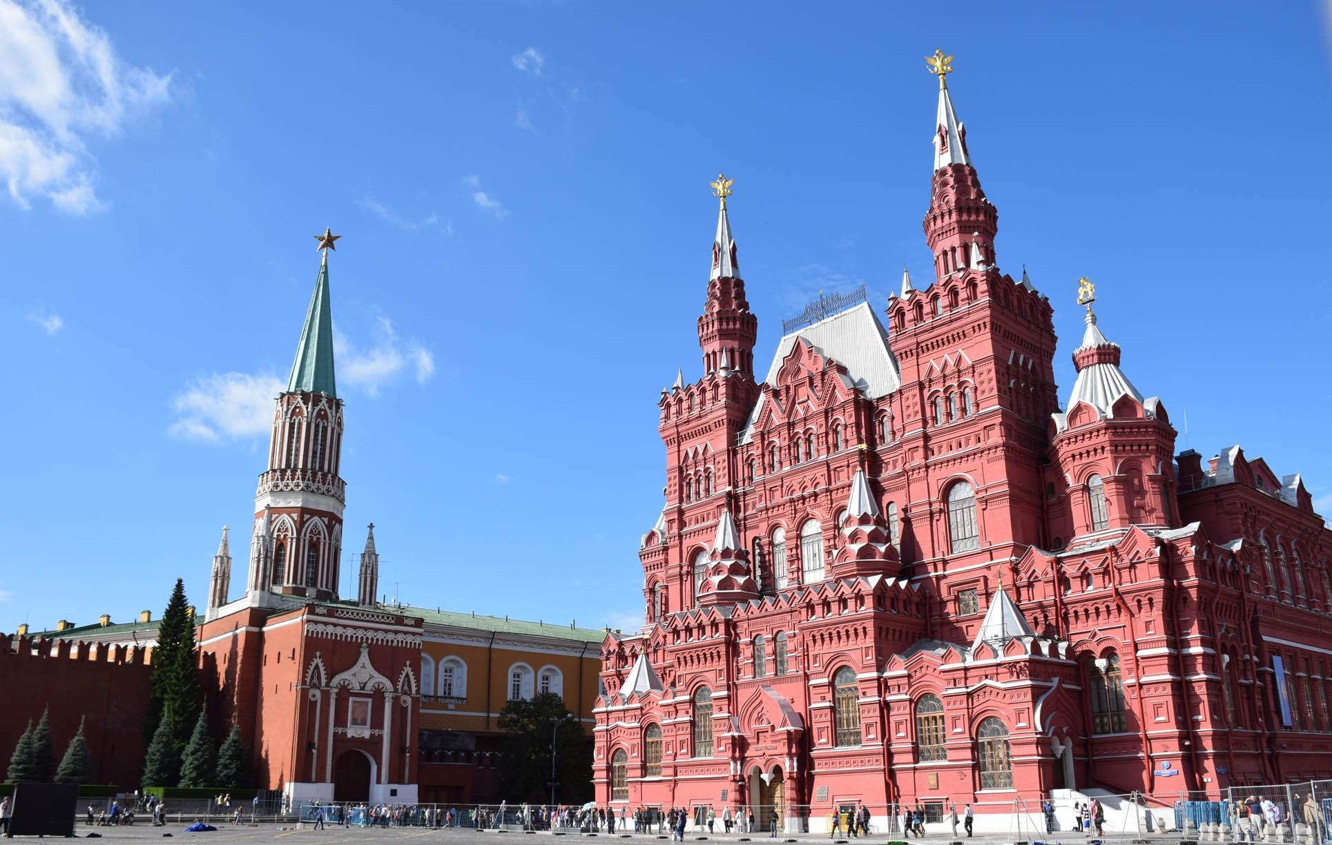Uma das torres do Kremlin e Museu Histórico Russo - Praça Vermelha - Moscou - Rússia