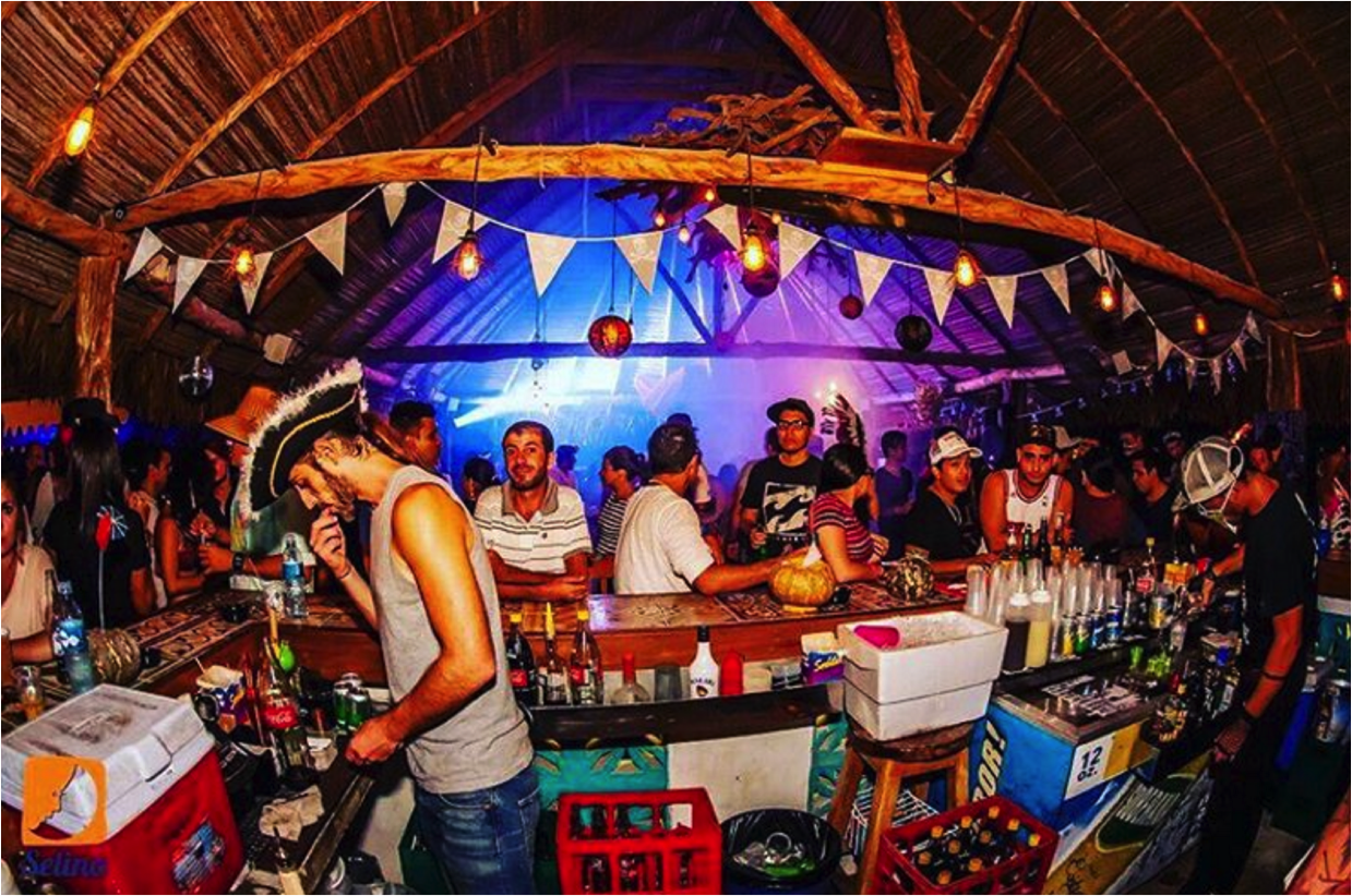 Bar/Restaurante do Selina Hostel Playa Venao - FESTA!! | foto: instagram @selinahostels