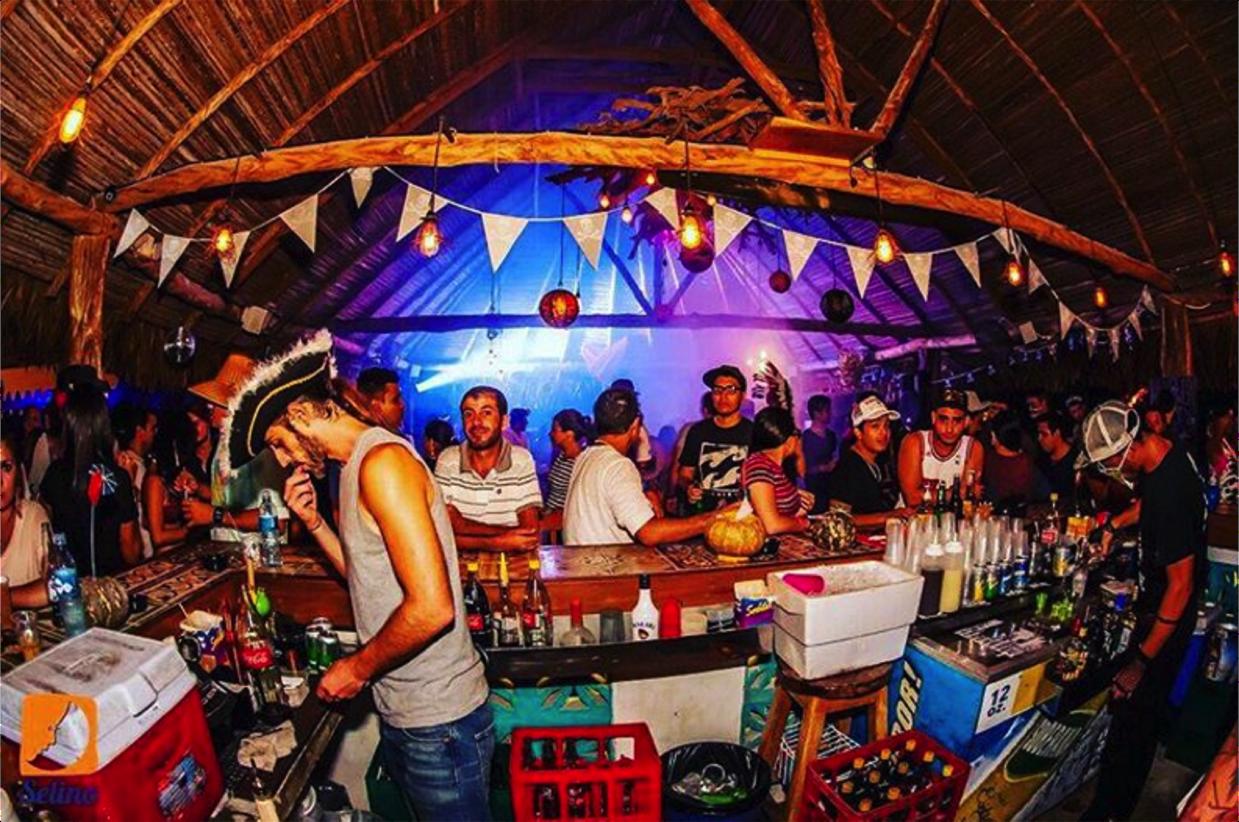 Bar/Restaurante do Selina Hostel Playa Venao - FESTA!! | foto: instagram @selinahostels