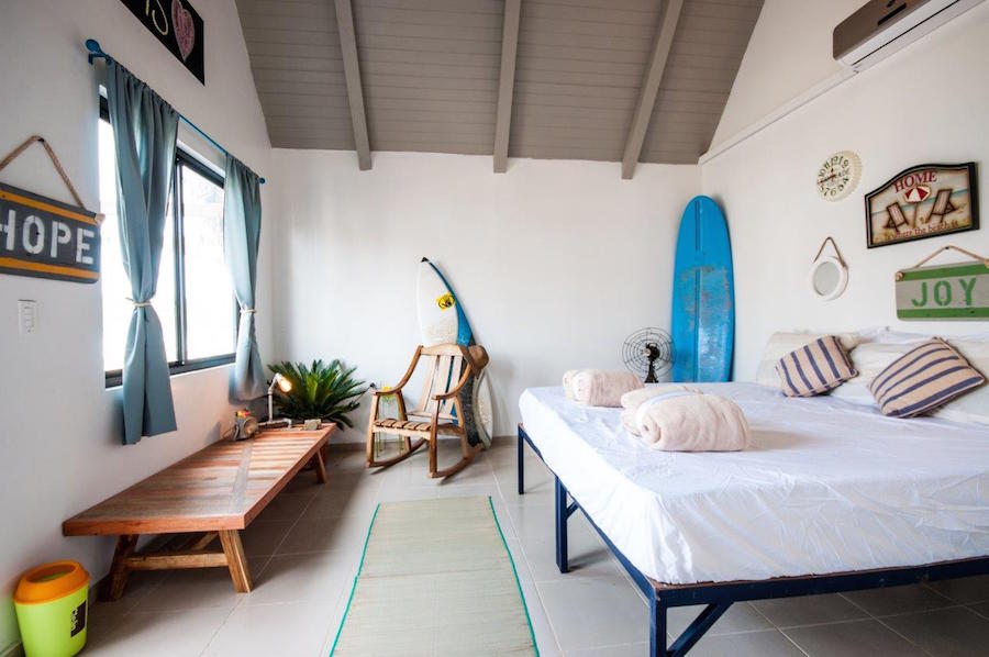 Triple Room com banheiro privado | foto: site do Selina Hostel Playa Venao