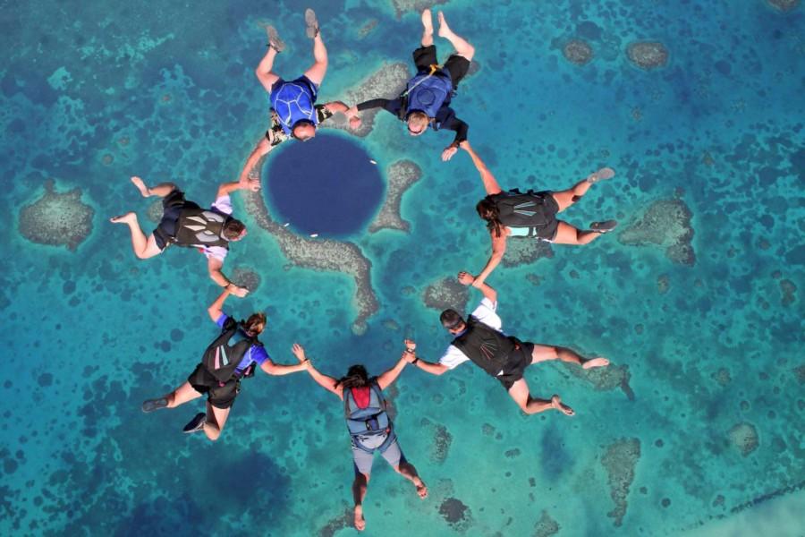 Que tal um salto de paraquedas com esse visual do Blue Hole? Belize