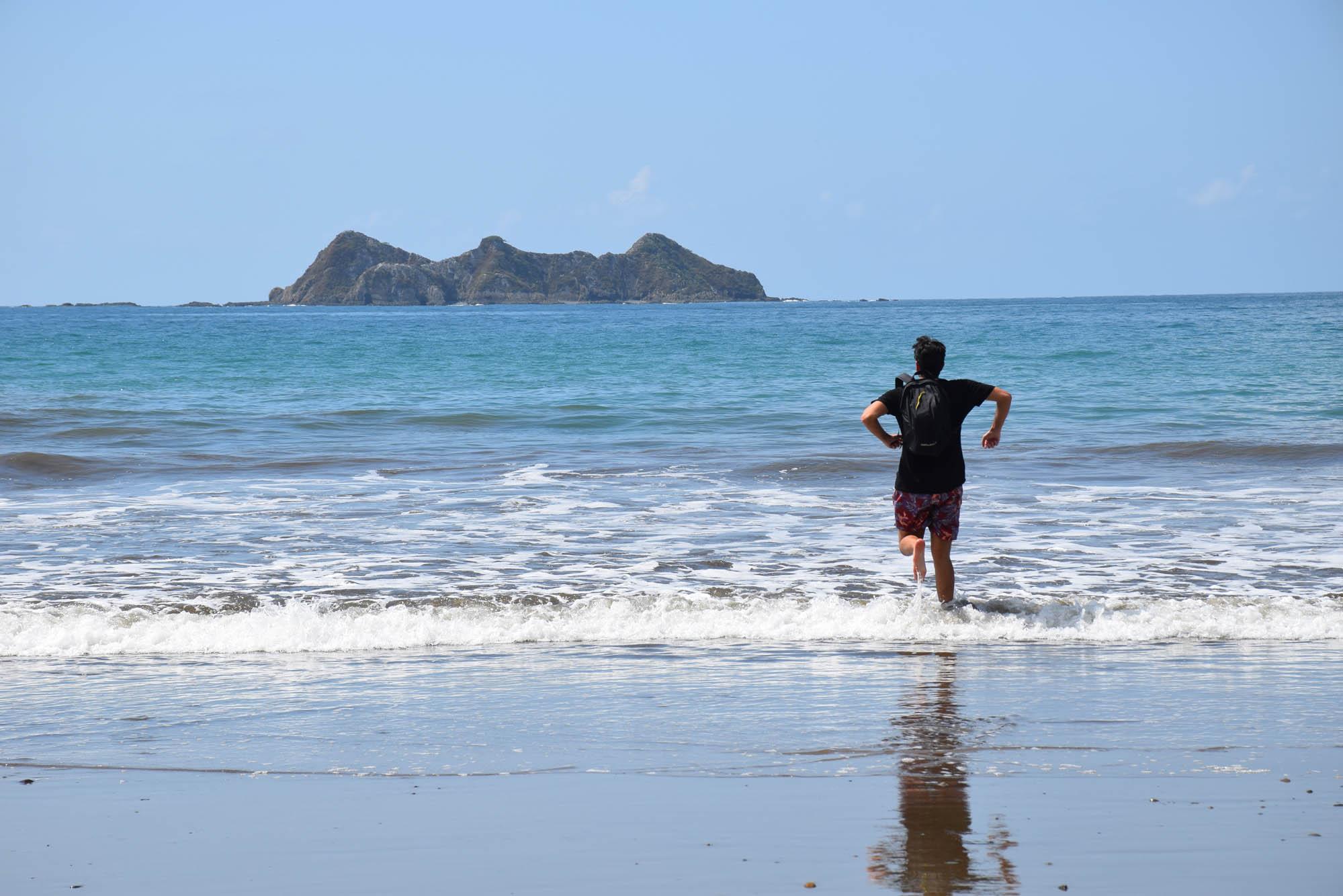 Ricardo pulando as 7 ondinhas no dia 1º de janeiro (e a Roca Ballena atrás)