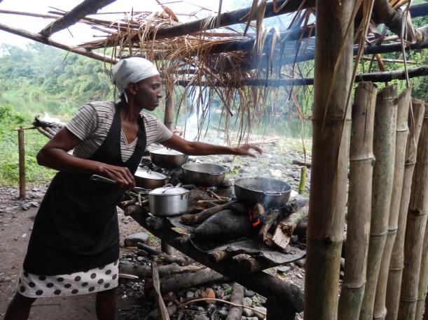 Belinda - restaurante no meio do Bamboo Rafting no Rio Grande, Jamaica | foto: hotelmockingbirdhill.com