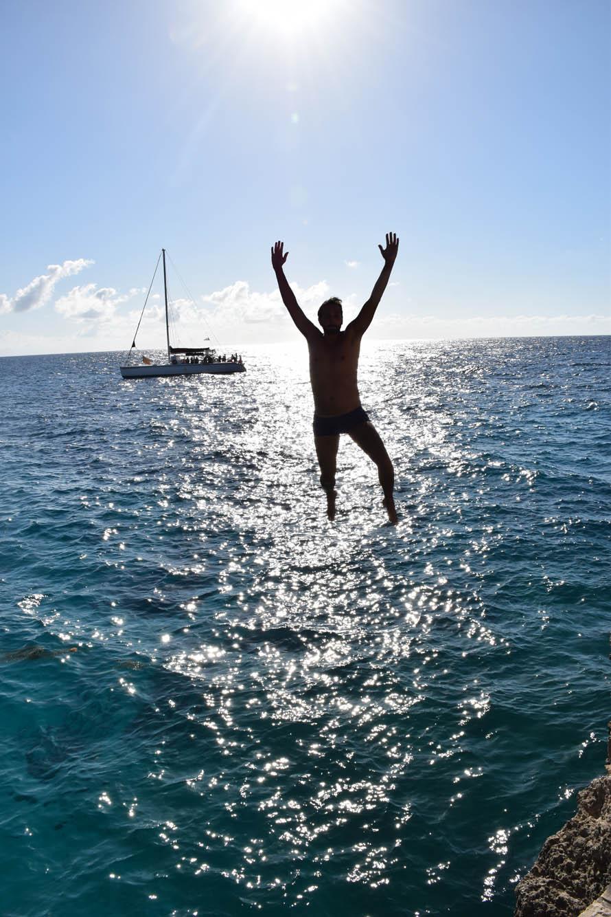 Meu marido Rick, pulando dos cliffs do Rick's Café! :)