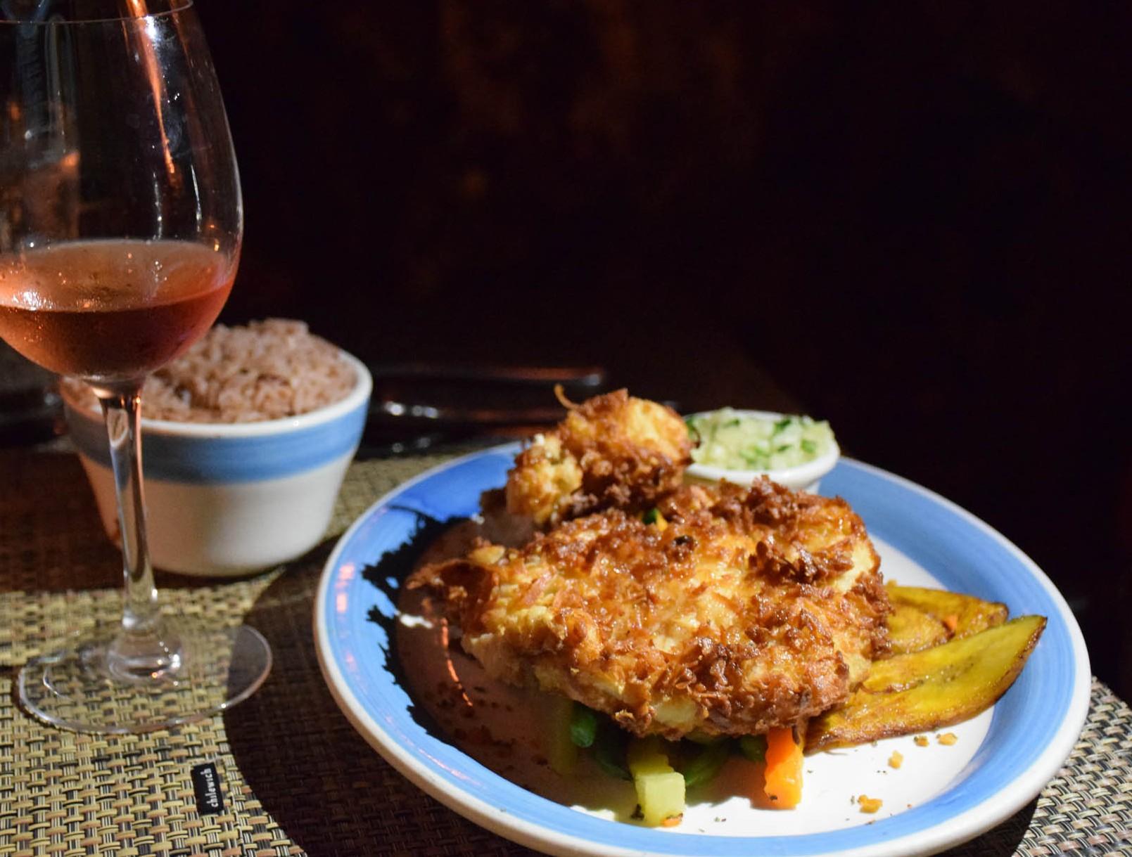 Meu prato: frango com coco, relish de abacaxi, arroz e feijão.