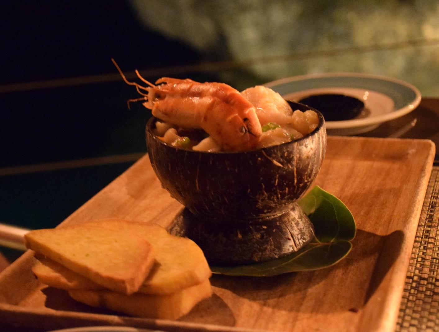 Prato do marido: lagosta, camarão, lula e peixe cozidos lentamente no rum.