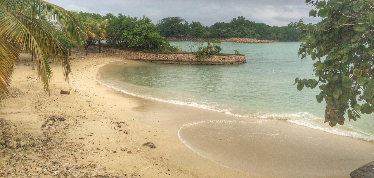 O tempo não ajudou... Mas procure no google o nome dessa praia e achará um montão de fotos liiindas! Com espreguiçadeiras na areia e tudo mais! ;)