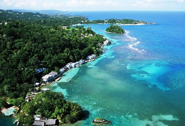 Várias vilas (casas particulares hotéis) que se estendem na costa de Port Antonio, muito próximas a Blue Lagoon