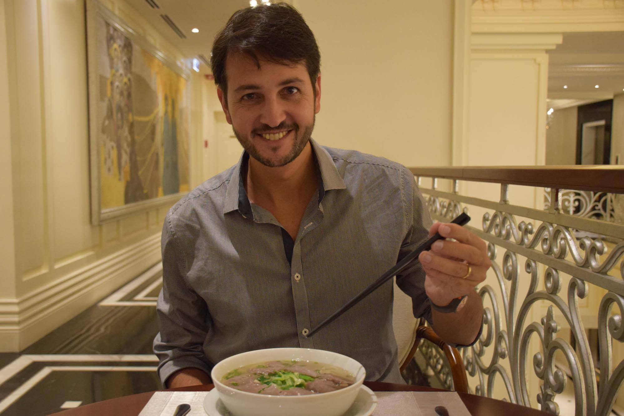 Meu marido Ricardo comendo Pho no café da manhã em Hanoi!!
