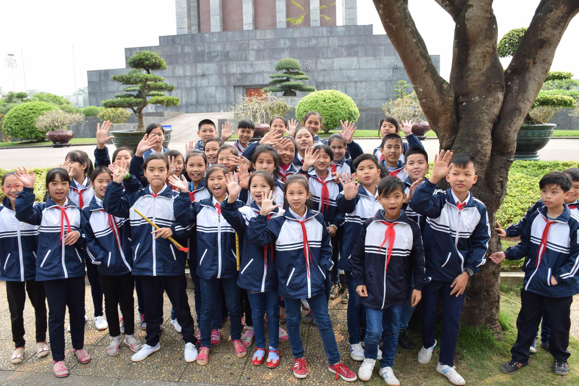 Crianças visitando o Mausoléu de Ho Chi Minh