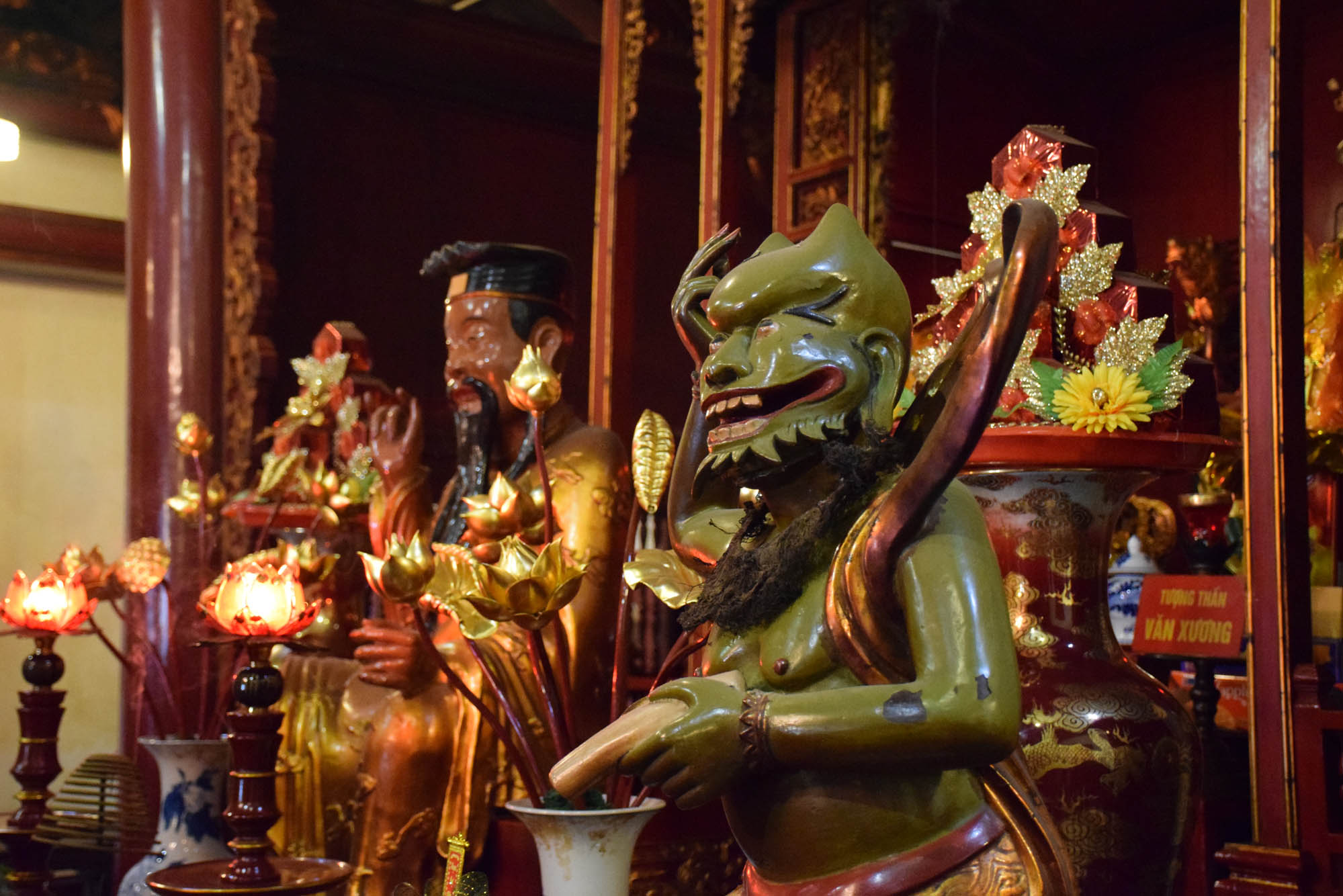 Dentro do Ngoc Son Temple, que fica em uma ilha no Lago Hoan Kiem