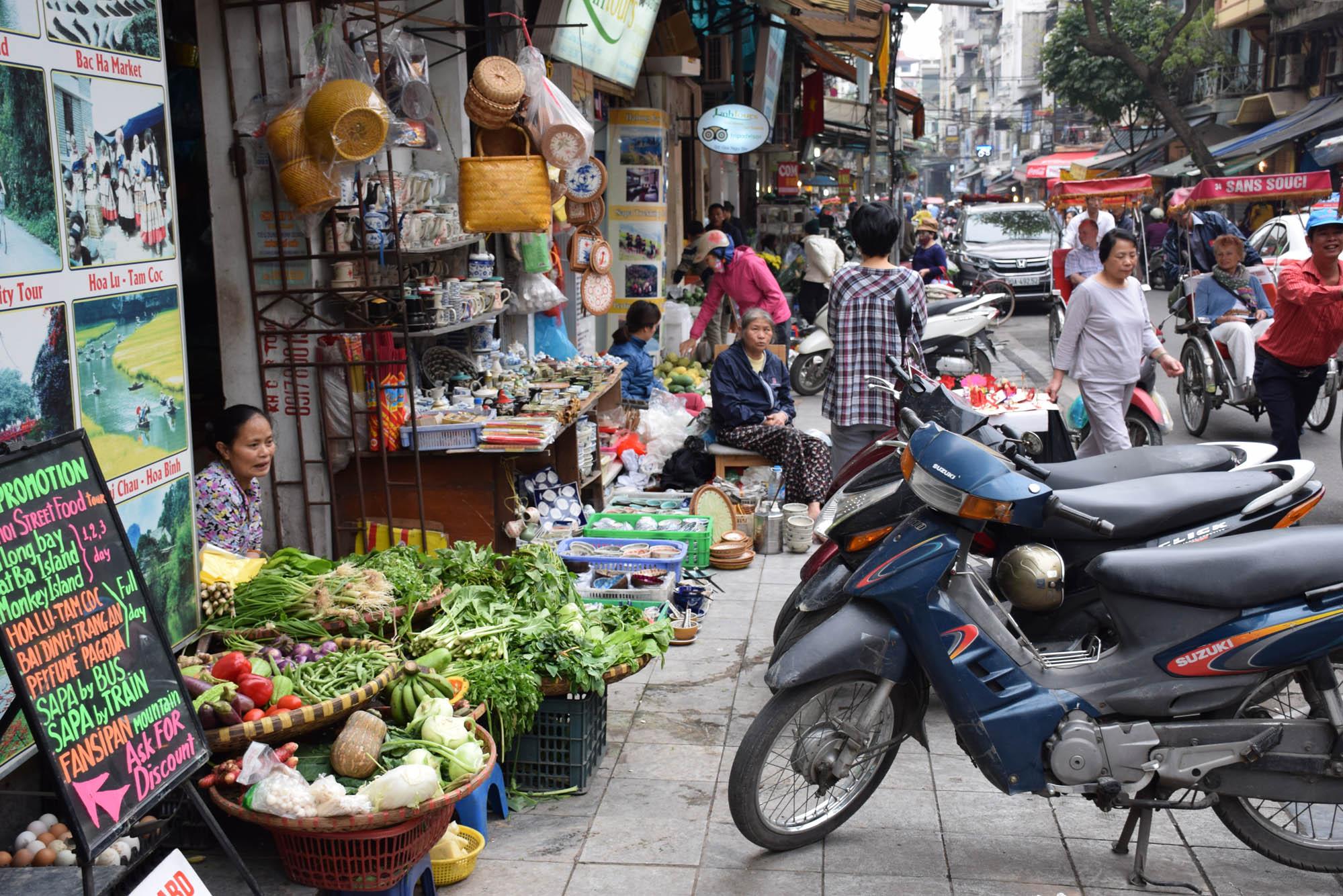 Old Quarter de Hanoi: motos, motos, pessoas, lojas, vegetais... CAOS!!!