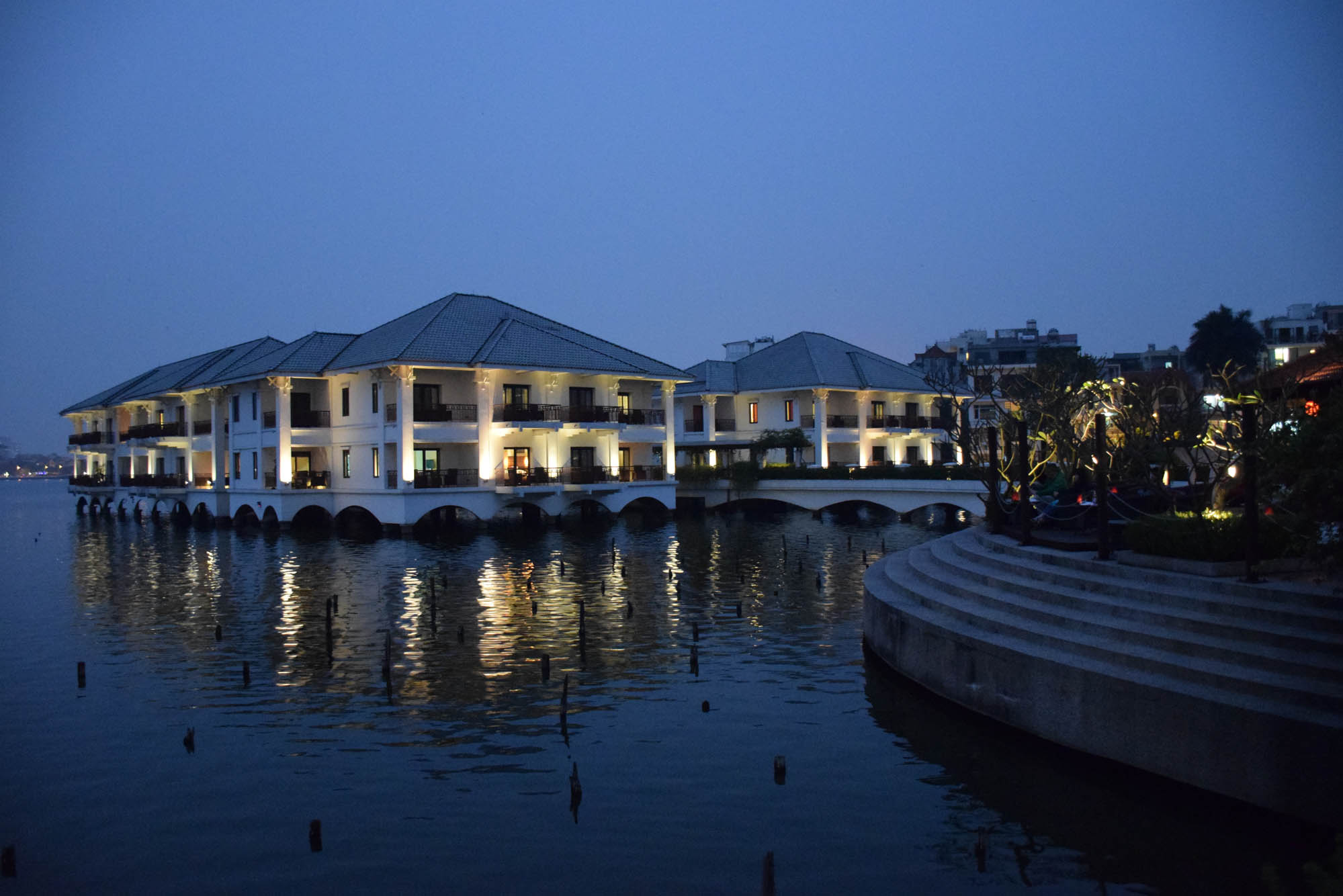 intercontinental-west-lake-hanoi-hotel-restaurant-sunset-bar