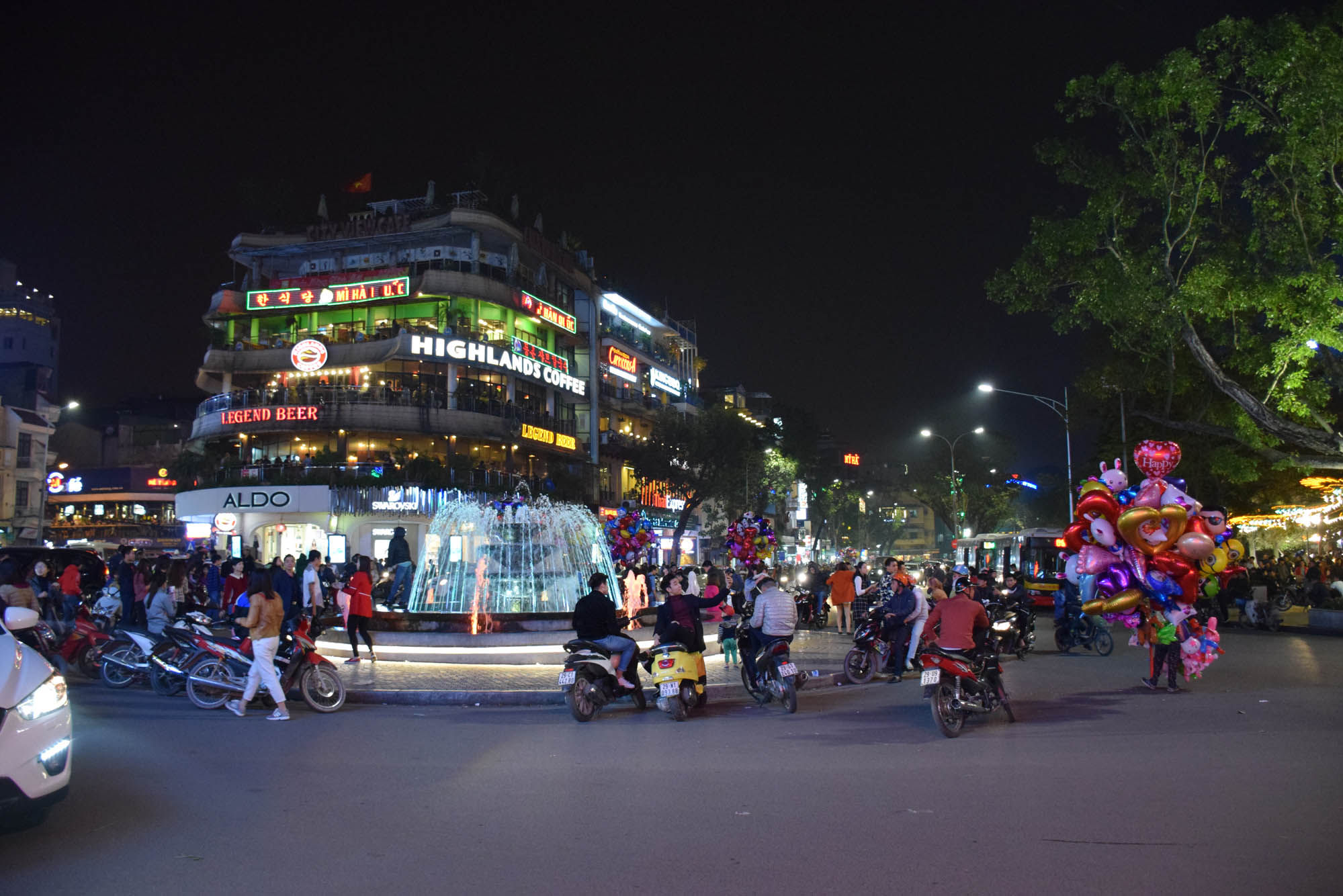 night-market-hanoi-vietnam