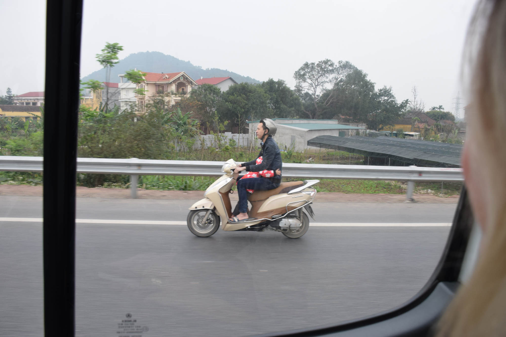 No caminho para Halong bay... Reparem na criança dormindo no colo do motoqueiro!!!!